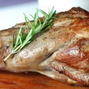 Gigot d'agneau cuit sur sa planche à découper