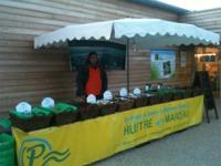 Alban sur son stand d'huîtres devant chez Esprit Terroirs