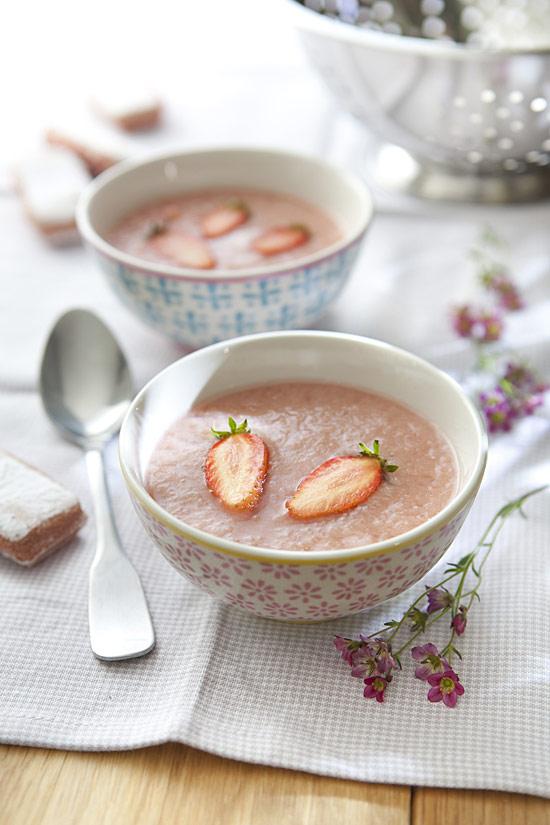 Soupe de rhubarbe à la fraise, biscuits roses de Reims