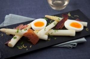 recette-e21033-asperges-blanches-uf-mollet-pancetta-croustillante-et-gremolata